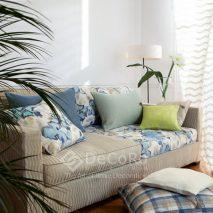 LZRT063-perdea-alb-clasic-model-geometric-canapea-dungi-bej-model-floral-albastru-perne-decorative