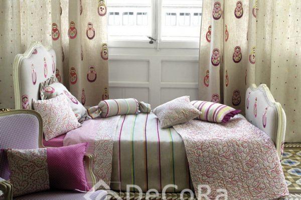 PAAT015-perdele-copii-desene-figurine-rosu-mov-sistem-roman-flori-lenjerie-pat